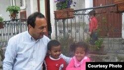 Gradonačelnik Dominico Lucano sa djecom čiji su roditelji migrirali sa sjevera Afrike