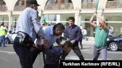 Шеруге шыққандар полициямен қақтығысып қалды. Баку, 5 қазан 2012 ж.