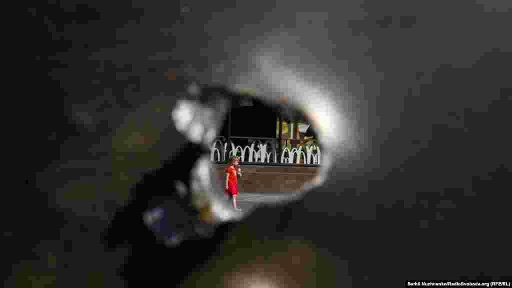 «Дівчинка в червоному» через кульовий отвір
