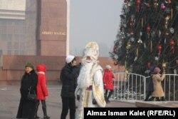 Үшүбөгөн, балдарды сүйгөн Аяз Ата. Бишкек. 2011-жылдын 23-декабры.