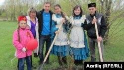 Җиңү паркында агач утыртуда катнашкан татар яшьләре