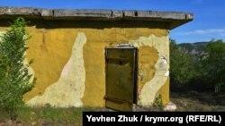 Постройка возле главных ворот