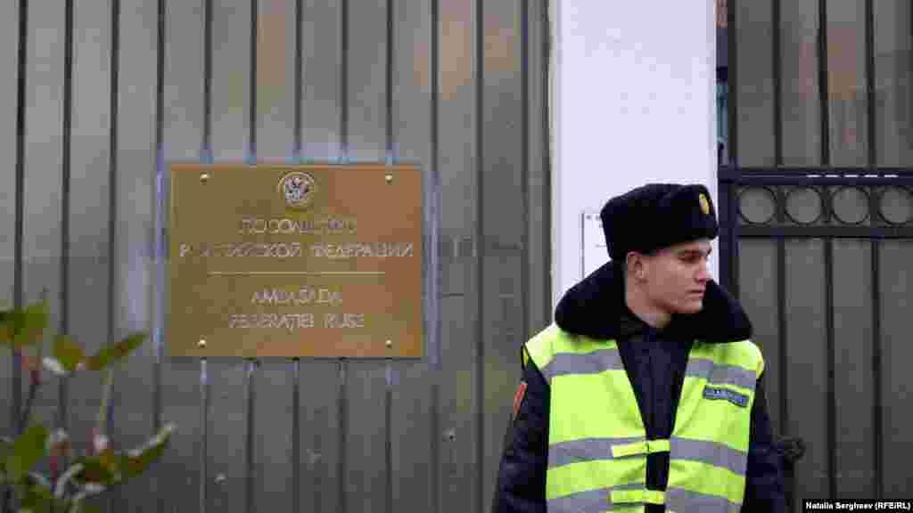 La sediul Ambasadei Federației Ruse din Republica Moldova.