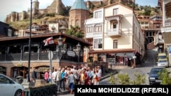 Туристы в старом городе Тбилиси.