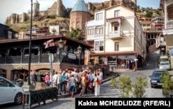 Туристы в старом городе Тбилиси
