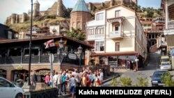 Тбилисиде жүрген туристер.