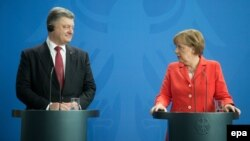 Ukrainian President Petro Poroshenko (left) and German Chancellor Angela Merkel hold a press conference in Berlin on May 13.
