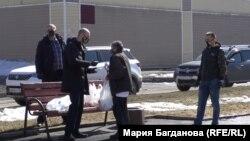 Волонтёры раздают еду и маски бездомным