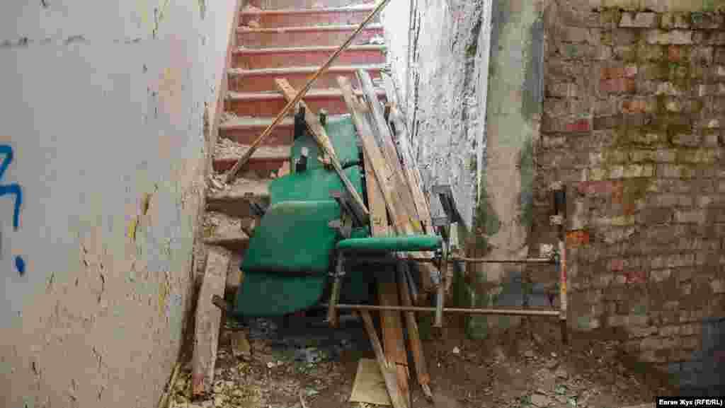 Тинькування з цегляної стіни повністю обвалилося, сходи на другий поверх завалені сміттям