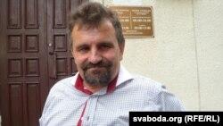 Зьміцер Лупач каля будынку суду ў Глыбокім, 23 ліпеня 2015 году