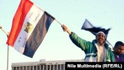 محتج مصري يحمل علم بلاده في محيط جامعة القاهرة
