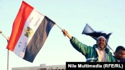 متظاهر يحمل العلم المصري في محيط جامعة القاهرة