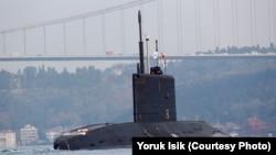 Російський дизельний підводний човен «Ростов-на-Дону» в акваторії Чорного моря
