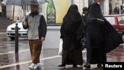 Жени со бурки во Марсеј.