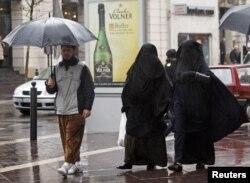 Женщины в никабе идут по улице Марселя.