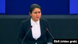 Джухер Тохти, дочь заключенного в Китае уйгурского ученого Ильхама Тохти, лауреата премии имени Сахарова «За свободу мысли», выступает на заседании Европейского парламента.
