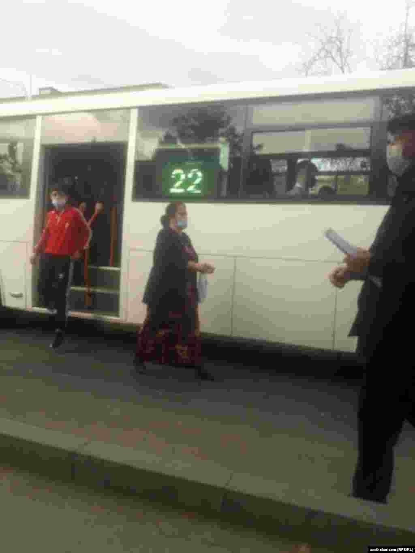 Пассажиры городского автобуса. Ашхабад, февраль, 2021