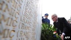 Presidenti kroat, Ivo Josipoviq, nderon viktimat boshnjake të krimeve kroate, në fshatin Ahmiqi në Bosnjë, 15 prill 2010.