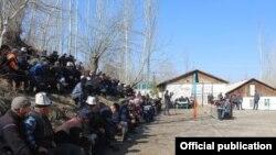 Баткен облусунун башчысы Өмүрбек Суваналиев Сай айылынын тургундары менен жолугушууда. 2021-жылдын 6-апрели.