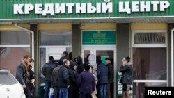 Жители Крыма в очереди возле одного из банков, Симферополь, 17 марта 2014 года