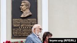 В городе Симферополе установлена мемориальная доска в честь Сталина.