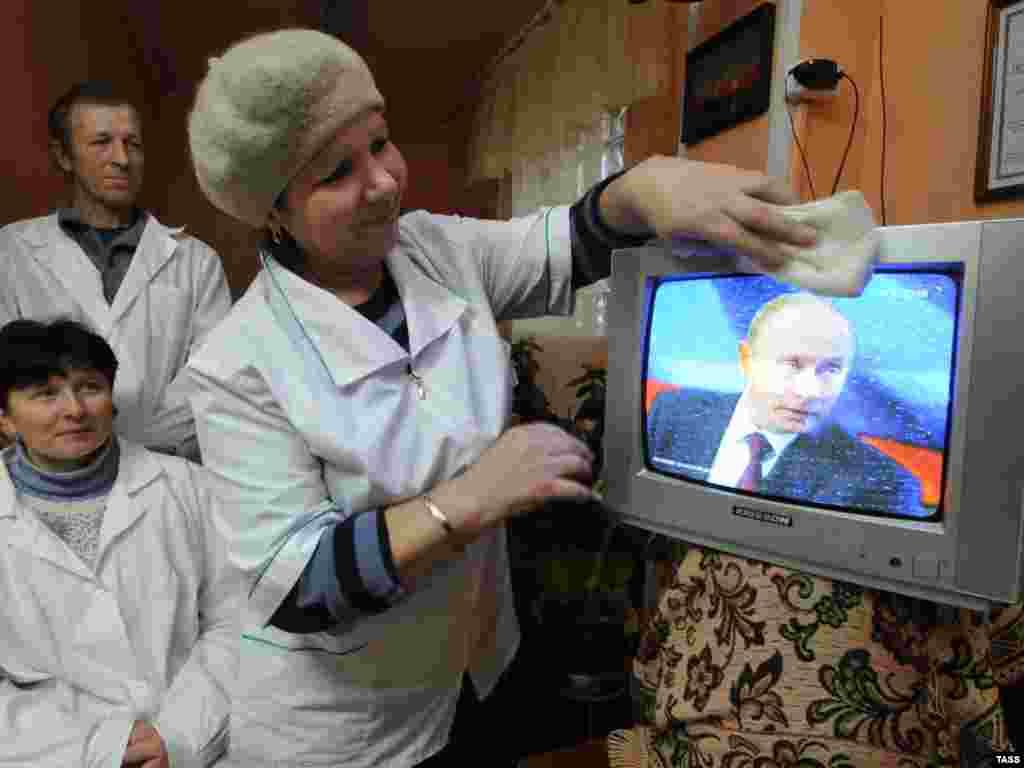 """Владимир Путин проводит """"прямую линию"""" с россиянами"""
