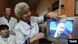 Премьер-министр Путиндин суроолорго жооп берүүсүн көрүп жаткан жардандар. Ленинград дубаны.3-декабрь, 2009-жыл.