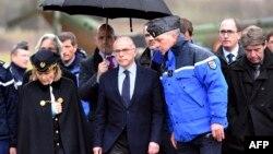 برنار کازنو، وزیر کشور فرانسه، در وسط تصویر