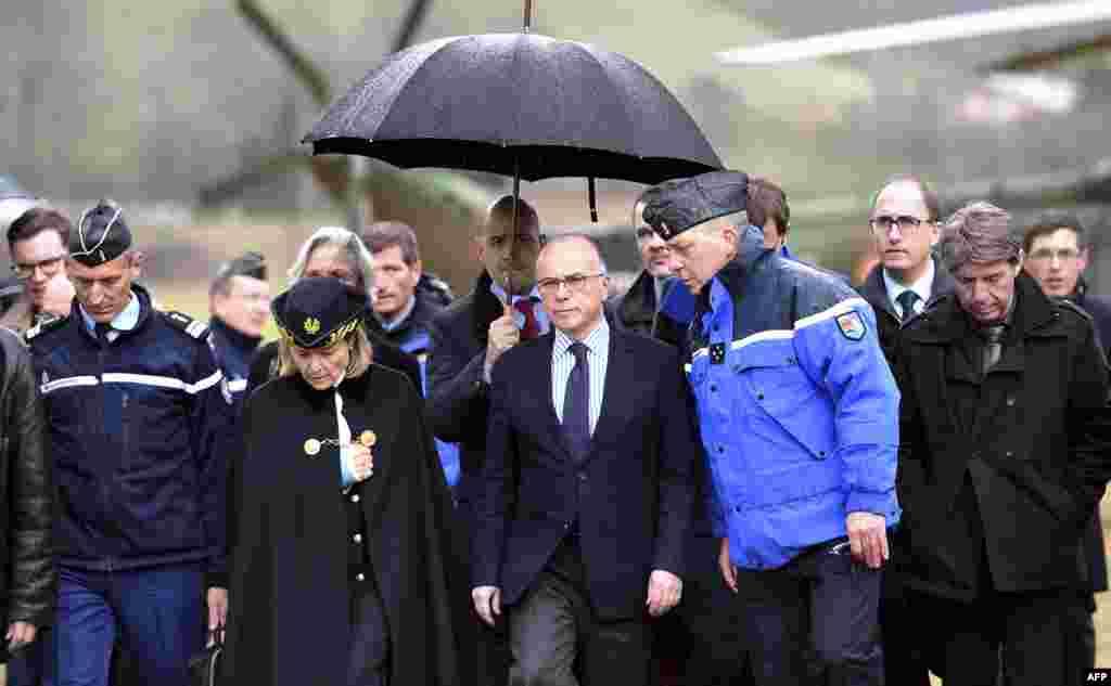 Министр внутренних дел Франции Бернар Казнев прибыл в деревушку Сейн-лез-Альп, недалеко от которой произошла авиакатастрофа.
