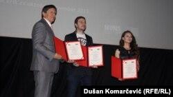 Stevan Dojčinović (u sredini) i Dragana Pećo na uručenju nagrade sa dekanom FDU Zoranom Popovićem