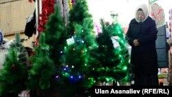 На ёлочном базаре в Бишкеке, 21 декабря 2015 года.