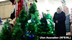 Жаңы жылдык буюмдарды сатуу кызыган кез. Бишкек шаары
