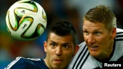 Sergio Aguero përballet me lojtarin gjerman, Bastian Schweinsteiger - Arkiv