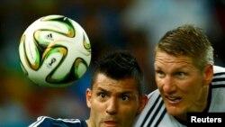 Аргентинец Агуэро и немец Швайнштайгер во время финала чемпионата мира-2014