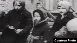 Ленинграддан алынып келген балдар. Архивдеги сүрөт.