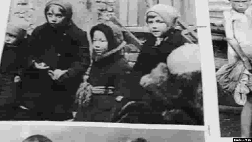 1942-жылы Ленинградда блокада башталат, андан Токтогон Алтыбасарова башкарган колхозго 150 бала алынып келинет.