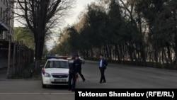 Қырғызстан социал-демократиялық партиясы съезі өтіп жатқан ғимарат маңында тұрған полиция қызметкерлері. Бішкек, 31 наурыз 2018 жыл