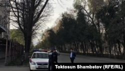 Сотрудники сил безопасности перекрыли дорогу к отелю «Орион», где проходит съезд СДПК. Бишкек, 31 марта 2018 года.