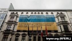 Український прапор із закликом до Владіміра Путіна «дати свободу всій України» на фасаді Музею Берлінського муру в Німеччині
