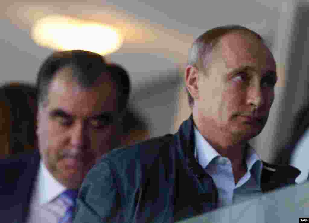 Эмомали Рахмонутоже есть отчего потупить взгляд за спиной Владимира Путина: глава Таджикистана, правящий страной с 1992 года, теперь уступает российскому лидеру в своем рейтинге - на президентских выборах 2013 года Рахмон набрал всего 83,92% голосов.