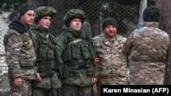 Քարվաճառից (Քելբաջար) դուրս եկող հայ զինվորականները լուսանկարվում են ռուսաստանցի խաղաղապահների հետ, 23-ը նոյեմբերի, 2020թ․