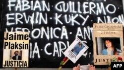 نام قربانیان انفجار آمیا بر تخته سیاهی در محل ساختمان آمیا