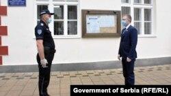 Ոստիկանը ողջունում է Սերբիայի փոխվարչապետ Նեբոյշա Ստեֆանովիչին, արխիվ