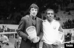 Soviet boxer Serik Konakbaev (left) poses with American boxer Alfred Mayes at an event in Moscow in January 1982.