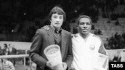 Серик Конакбаев (слева) на церемонии вручения наград в Москве, 30 января 1982 года.