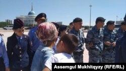 Полицейское оцепление вокруг многодетных матерей. Нур-Султан, 3 июня 2019 года.