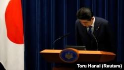 Премьер-министр Японии Синдзо Абе кланяется по завершению пресс-конференции в его резиденции в Токио, 25 сентября 2017 года.
