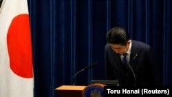 Премьер-министр Японии Синдзо Абе кланяется по завершению пресс-конференции в его резиденции в Токио, 25 сентября 2017 года