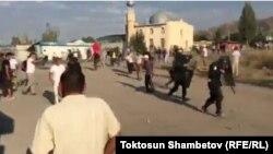 Близько 200–300 людей почали кидати в міліціонерів камінням, тому правоохоронці відступили