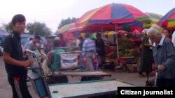 Парень толкает тележку на рынке. Иллюстративное фото.